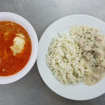Sajtos-tejszínes sertéscsíkok rizzsel